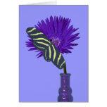 Florero, flor, y mariposa púrpuras tarjeton
