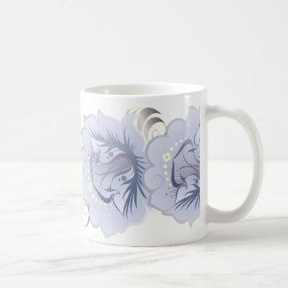 Flores abstractas grandes azules claras y hojas de taza clásica