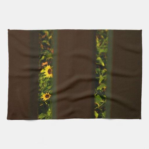 Flores amarillas a través de la cerca marrón ancha toallas de mano
