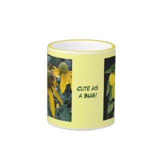 Flores amarillas - abeja e insecto minúsculos taza