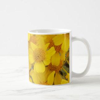 Flores amarillas alegres taza clásica