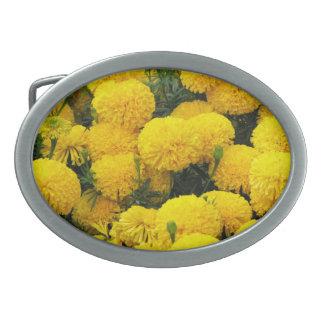 Flores amarillas brillantes en la hebilla del cint hebilla cinturón oval