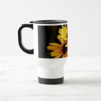 Flores amarillas brillantes en una taza de los