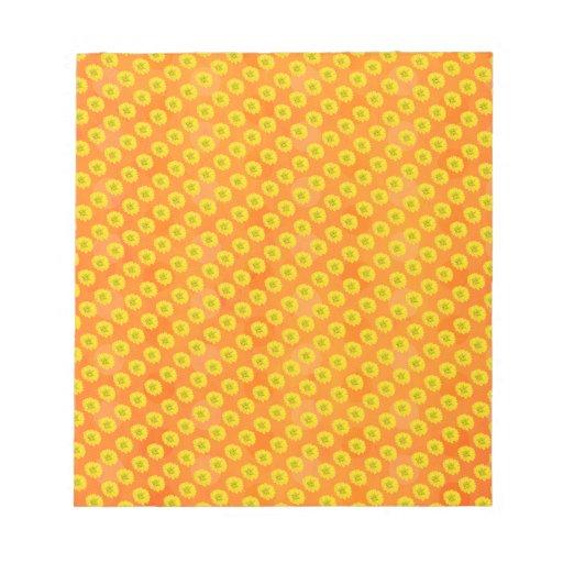 Flores amarillas con el fondo anaranjado bloc de notas