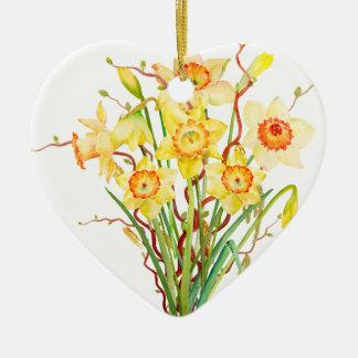 Flores amarillas de la primavera de los narcisos adorno de cerámica en forma de corazón