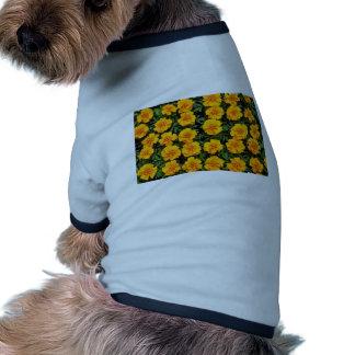 Flores amarillas de las maravillas camisa de perrito