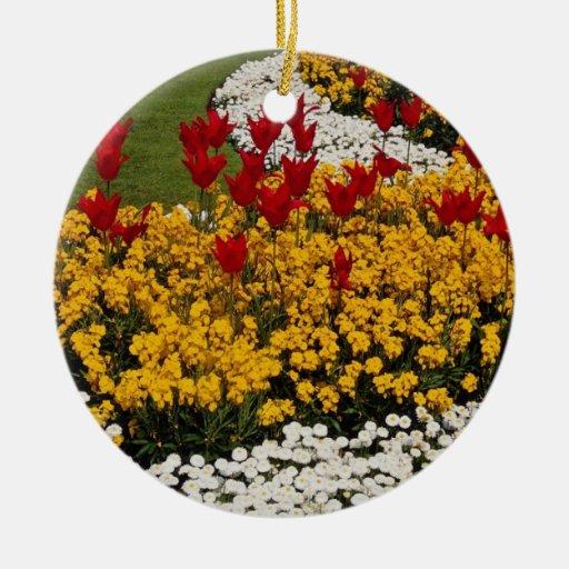 flores amarillas de los macizos de flores del arco adorno redondo de cerámica