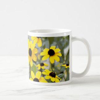 Flores amarillas de los Wildflowers de la sol Taza Básica Blanca