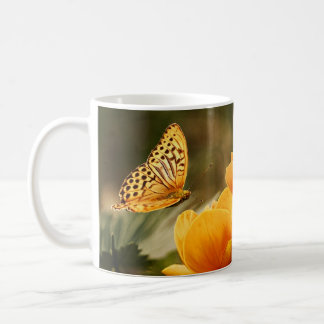 Flores amarillas de oro que se besan de la taza de café