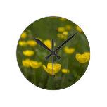 Flores amarillas del ranúnculo reloj de pared