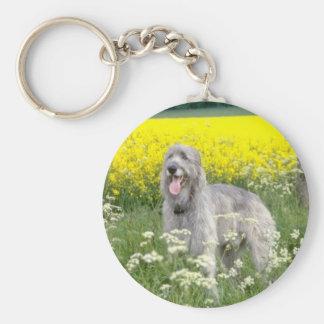 flores amarillas del wolfhound irlandés llavero redondo tipo pin
