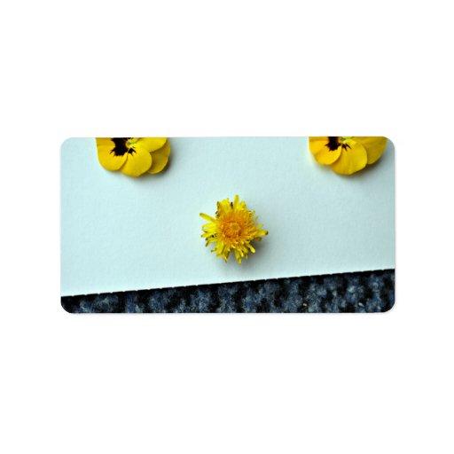 Flores amarillas dispersadas etiquetas de dirección
