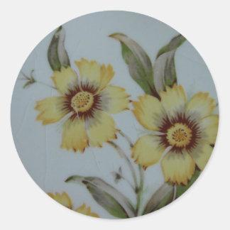 Flores amarillas en la placa Crackled del vintage Pegatinas Redondas