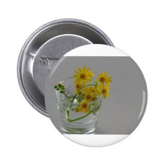 Flores amarillas en un vidrio pin