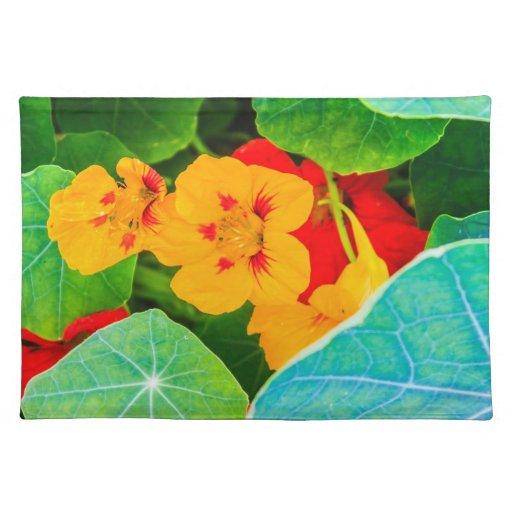 Flores amarillas en una fila manteles