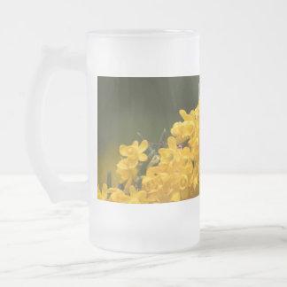Flores amarillas minúsculas de cristal taza