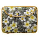 Flores amarillas minúsculas funda para macbooks