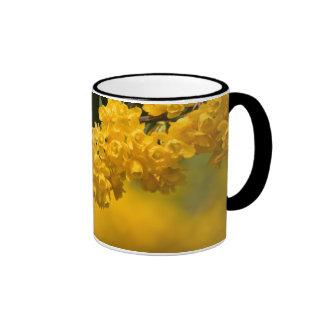 Flores amarillas minúsculas tazas de café