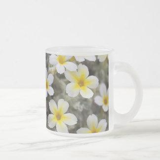 Flores amarillas minúsculas taza de café