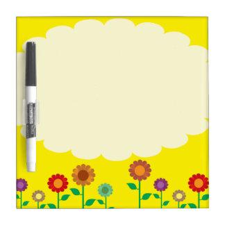 Flores amarillas ostentosas pizarras blancas de calidad