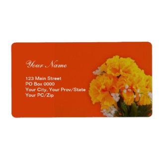 Flores amarillas pintadas en el naranja etiquetas de envío