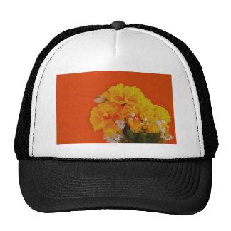 Flores amarillas pintadas en el naranja gorras
