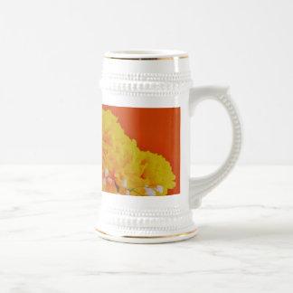 Flores amarillas pintadas en el naranja jarra de cerveza
