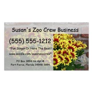 Flores amarillas rojas contra la pared de ladrillo tarjetas de negocios
