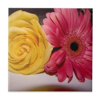 Flores amarillas rosadas azulejo cuadrado pequeño