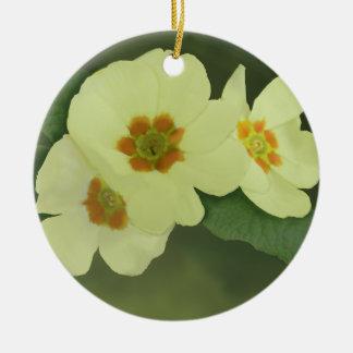 Flores amarillas suaves de la primavera adorno redondo de cerámica