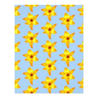 Flores amarillas y anaranjadas del lirio en azul.  tarjetas informativas