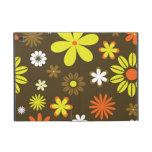 Flores amarillas y anaranjadas retras en marrón iPad mini protectores