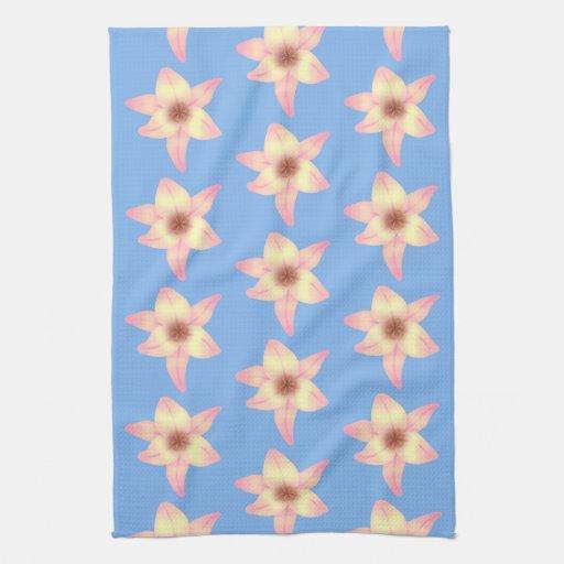 Flores amarillas y rosadas en azul claro. toallas de mano