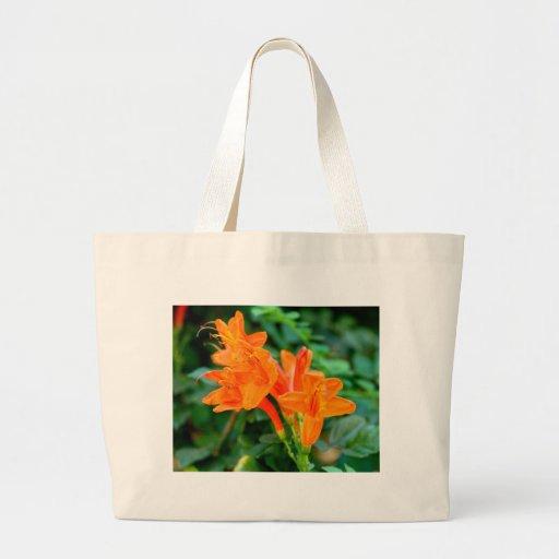Flores anaranjadas bolsas de mano