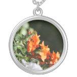 flores anaranjadas contra la parte posterior del v joyerias personalizadas
