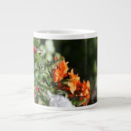 flores anaranjadas contra la parte posterior del v taza extra grande