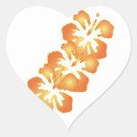Flores anaranjadas de encargo del hibisco en el calcomanías de corazones