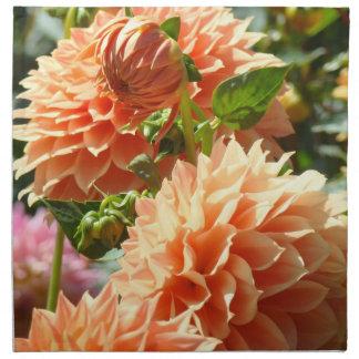 Flores anaranjadas de la dalia de las servilletas