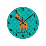 Flores anaranjadas de la turquesa de la jirafa reloj redondo mediano