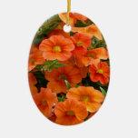 Flores anaranjadas hermosas de la petunia ornamentos de navidad