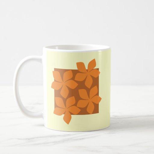 Flores anaranjadas tropicales en la crema tazas