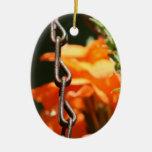 Flores anaranjadas y cierre aherrumbrado de la cad ornamento para reyes magos