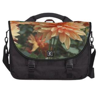 Flores anaranjados de la dalia bolsa para ordenador