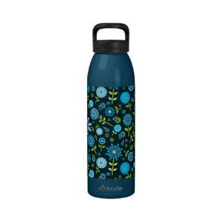 Flores azul marino lindas de la primavera botella de agua