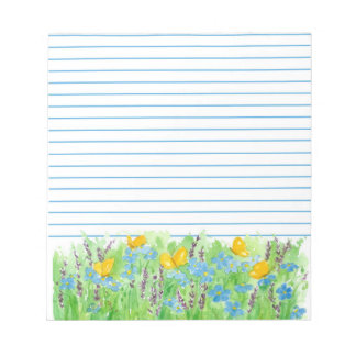 Flores azules alineadas mariposa anaranjada del bloc de notas
