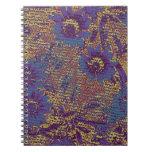 Flores azules contra modelo del camuflaje de la ho libreta