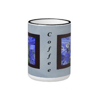 Flores azules del lirio taza de dos colores
