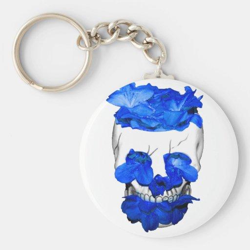 Flores azules en un cráneo llaveros