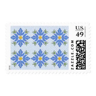 Flores azules en un edredón azul sellos