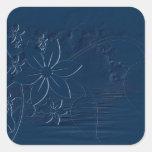 Flores azules en un fondo azul pegatina cuadrada